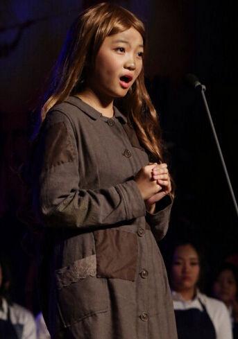 15岁林妙可参演学校音乐剧 金发披肩造型成熟