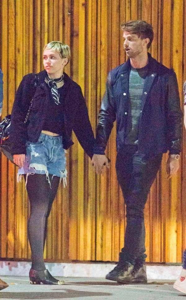 美国歌手麦莉与施瓦辛格儿子热吻 恋情曝光(图)