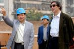 大唐西市公司董事长吕建中向中国文联副主席冯骥才介绍项目进展情况