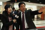 向央视记者介绍大唐西市博物馆