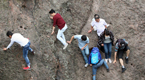 杭州一景区人潮拥挤 游客冒险爬崖抄近道