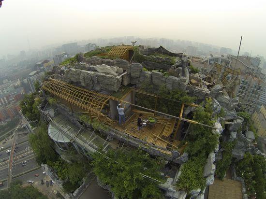 山庄小区b栋楼顶天台的违建别墅正式开始拆除,按照业主张必清的说法