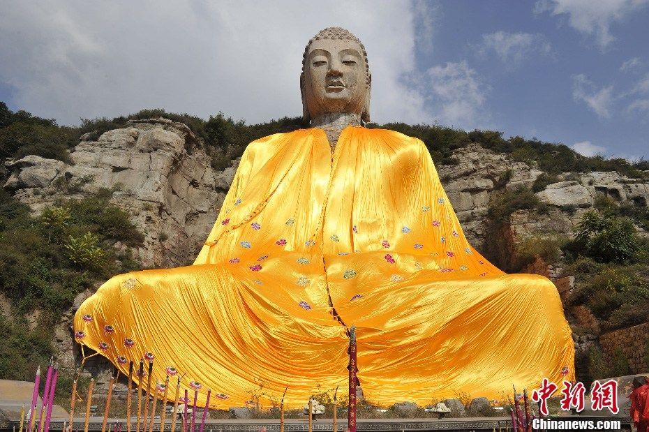 给66米高的石刻大佛披上800斤重的仙袍,太原蒙山大佛穿新衣,好壮观——转载图片 - 江南一叟 - 江南一叟 朋友,您好,江南一叟欢迎您!