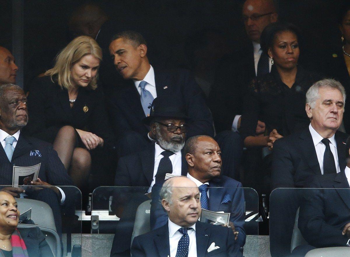 12月10日,据外媒报道,一张奥巴马、卡梅伦与丹麦总理施密特在在南非总统曼德拉的追悼会上玩自拍的照片引起了网民的广泛争议。由外媒记者偷拍到的图片中,施密特与奥巴马共同举着手机,卡梅伦则在一边摆好姿势一起自拍,3人脸上都挂着笑容。坐在奥巴马身旁的美国第一夫人米歇尔则坐在一边,表情严肃,没有参与此次自拍。照片迅速在国际网络上引起争议,许多人质疑在如此严肃的场合,进行这样的行为是否恰当。