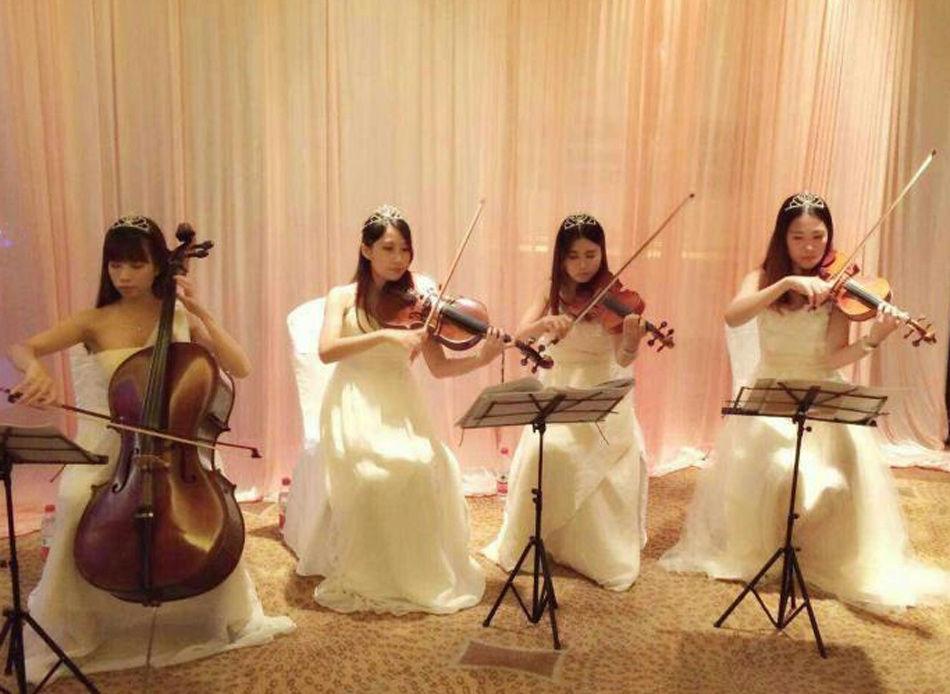 广东再现豪华婚礼 新娘挂70个金手镯 - 空山鸟语 - 月滿江南