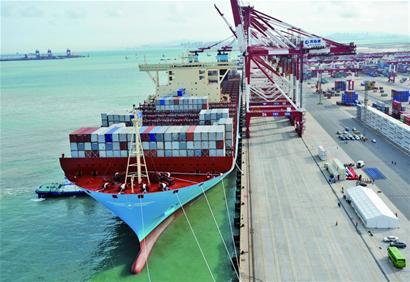最大集装箱船青岛首航 比航母还长百米(组图)