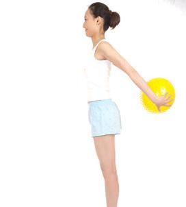 平坐于地双脚并拢脚尖朝上,双手抱球向身前平举,然后平举向左右两侧送图片
