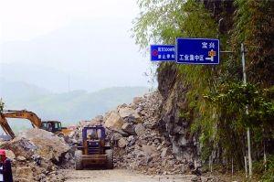 昨日,灵关镇,救援人员在抓紧抢修道路。 晨报特派雅安记者蔡代征/摄