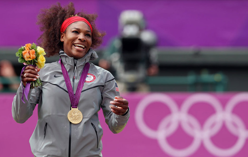北京时间8月4日,2012伦敦奥运网球比赛进入最后的收官阶段,女单决赛中美国黑珍珠小威廉姆斯和俄罗斯美少女莎拉波娃上演巅峰对决。状态更加出色的小威使得比赛结果早早失去悬念,连下7局的美国黑珍珠用6-0,6-1的比分完胜莎娃,摘得女单金牌的同时成就了金满贯的伟业。