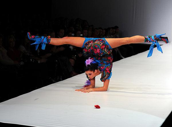 秦楚/俄罗斯时装周上举行了一场别开生面的时装秀,众多靓模用一些高...