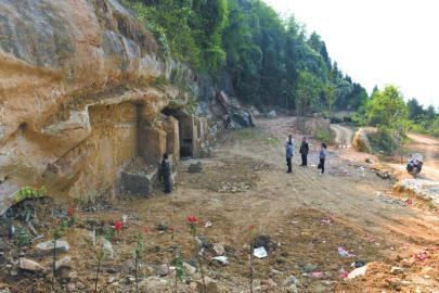 阆中土石中现唐至清代石刻 有石洞系僧侣活动场所