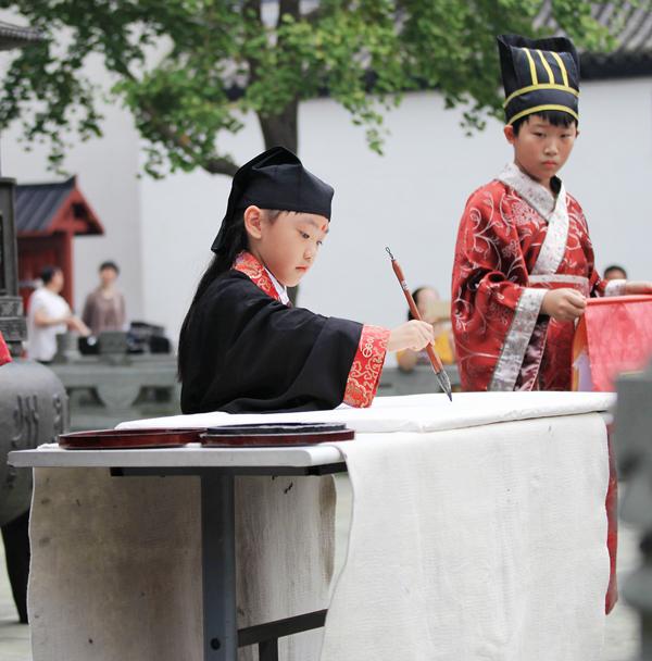 杭州小学生着汉服行入泮礼