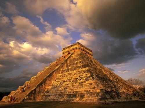 高30米的呈阶梯形的库库尔坎金字塔以及圣井