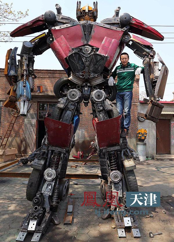 废旧汽车改装机器人 变形金刚 开启创业梦高清图片