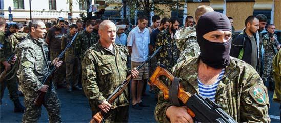 大批乌军俘虏游街