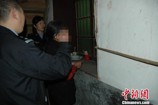 湖北五峰县一男子被前妻杀死,其父亲协助前儿媳将儿子尸体掩埋,三年后警方接到报警迅速将嫌犯抓获归案。五峰警方17日通报称,嫌犯唐某因涉嫌故意杀人罪已被刑事拘留。