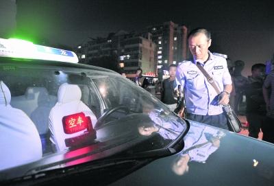 过后,王业体去附近修车点给警车轮胎充气-警察故事 上篇