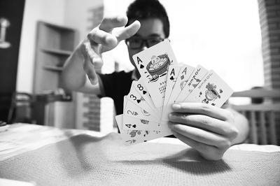 两 吃货 4年尝遍数百家餐馆 手绘武汉美食扑克 图图片