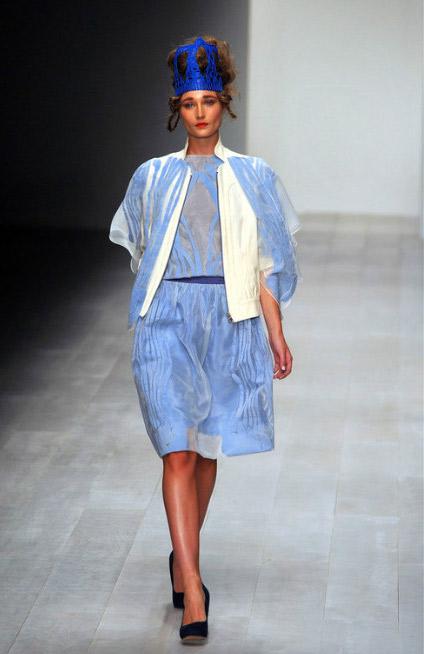 2013伦敦春夏时装周Bora Aksu秀场重点打造贵气,突出在蕾丝皇冠和宝蓝主色调的选用。