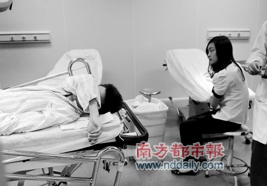 广州 中国 孙俊彬/昨日,广州白云区金沙洲一小区,4岁女童从23楼失足坠亡,同时...