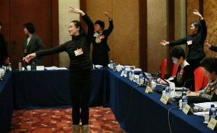 女委员学跳芭蕾缓解神经疲劳