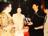 时任福州市委书记习近平和噶登勒夫人会面的照片