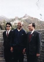 1992年10月6日,南非非国大主席纳尔逊·曼德拉(中)游览长城