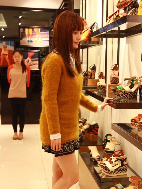 2012年3月25日,凤凰时尚记者在北京富力城街拍到李小璐狂逛妙丽专卖店。李小璐看到记者不仅没有闪躲,还微笑打招呼,非常nice哦。据记者观察,李小璐试穿近10款当季潮流美鞋,非常有时尚感觉,不知道是不是巴黎时装周之旅深受启发。图:小璐仔细逛遍货架上的每双鞋。