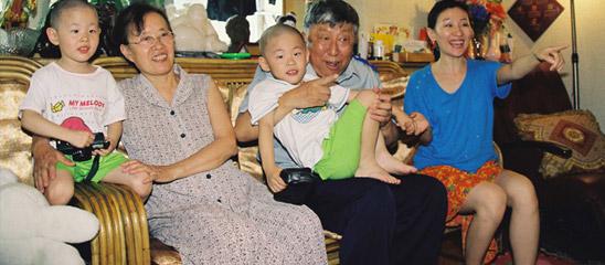 阎肃珍贵旧照:千禧年祖孙三代家中合影