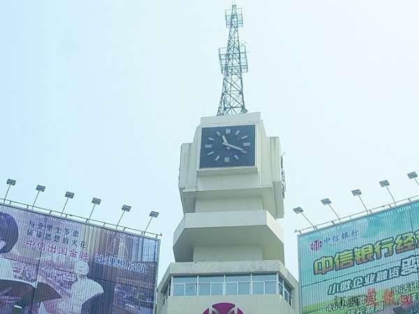 """南昌海关桥附近的景观塔钟。晨报记者喻勋图 据了解,南昌建有多处地标性""""大钟""""。然而,近日南昌大部分景观钟却被曝成了摆设,要么时间不准,要么直接""""罢工"""",甚至个别还被拆除。对此,有专家呼吁景观钟是城市文化的一种象征,也代表着一座城市的形象和市民的时间观念。管理方应该及时进行维护和管理,切莫让其荒废。 网曝: 景观塔钟""""罢工""""成摆设 近日,南昌网友""""看不清这世界""""在江西某知名论坛上发帖称:""""路过红谷滩"""