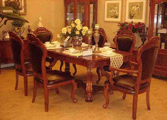 """周家公馆·法莱帝妮 客厅 """"我们的欧式家具是100%用红木实木做的,而国际上认定的全实木欧式家具只需60%以上实木就可以了,这一点我们就有较大的优势。""""周先生说,""""在市场上,很多全实木欧式家具雕花部分都是采用聚脂或五金配件做的。因此,我们生产的欧式家具是名副其实的全实木产品。""""近年,周家公馆又高薪聘请资深的欧式家具设计师担纲设计。""""我们的产品是纯欧式的,生产技术和管理也比较成熟。""""周先生介绍说。 多年以来,该厂设计了多"""