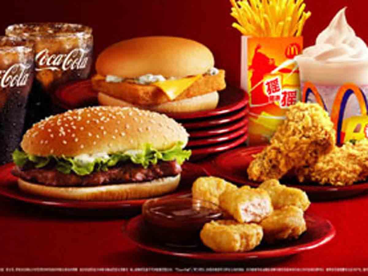 据香港《明报》报道,香港一名食客到麦当劳买双牛芝士汉堡包吃,投诉混图片