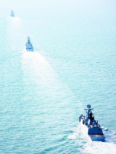 中国海军舰艇编队驶离青岛 展开远海例行训练