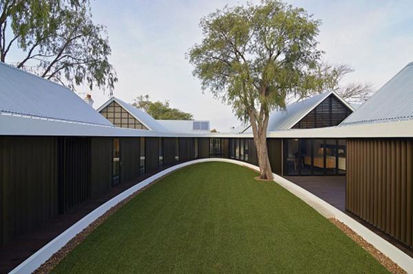 佩斯椭圆庭院住宅 游廊斜顶杉木打造当地经典建筑