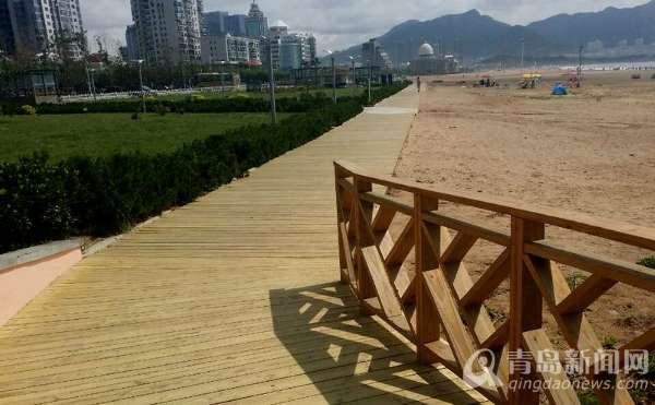 青岛:2公里崭新木栈道迎客 贯穿石老人浴场