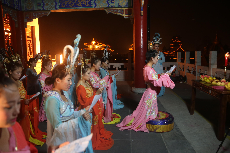 中秋拜月仪式_30名古装女子在景区设台拜月,祈福祷告,流传千年的中秋节祈福仪式在三