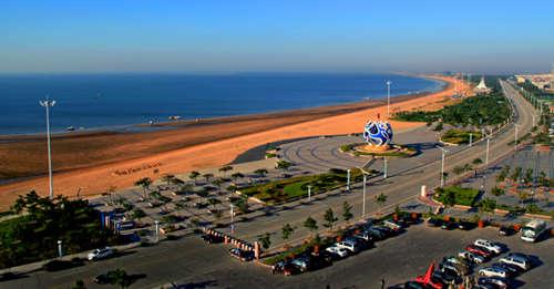 是非常适合沙滩运动的天然场地海阳万米海滩浴场坐落在凤城旅游度假区