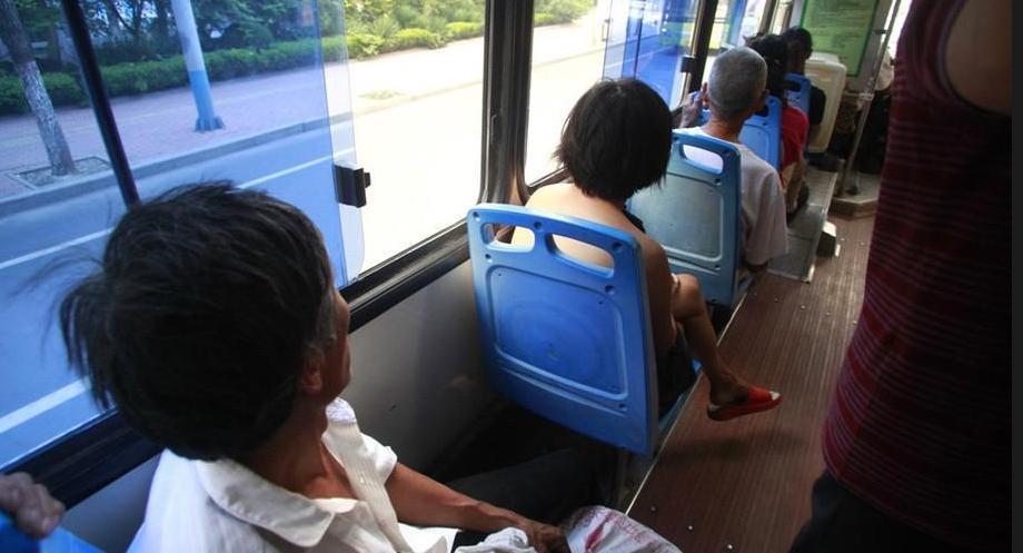 济南一女子赤裸上身坐公交 乘客避而远之_厦门