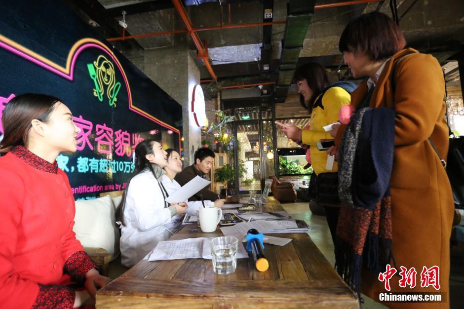 郑州一家餐厅推 靠脸吃饭 长得漂亮可免单