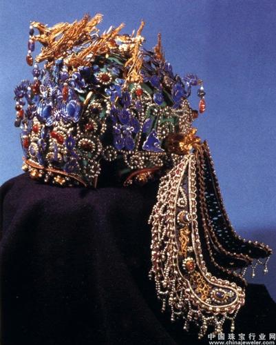 金凤下镶嵌的宝石,周边均以珍珠圈成花纹来装点,琳琅满目,熠熠生辉