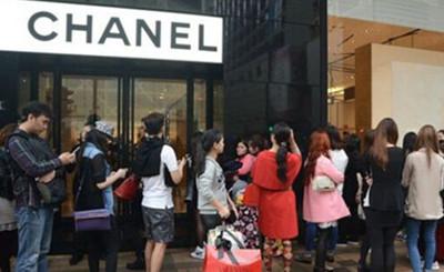 北京奢侈品店客流降60% 经理:脸笑僵也卖不出几件