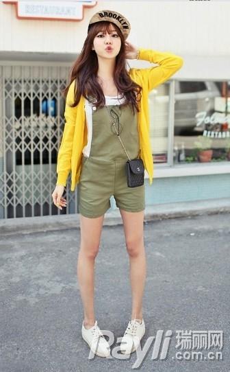 黄色开衫搭配卡其色连身短裤