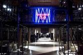 PRADA副线品牌MIU MIU在巴黎高定时装周开幕前一周,于巴黎举行了一场包括晚餐、时装秀和音乐聚会等活动在内的品牌活动。为此,品牌特意找来了此前多次合作的建筑事务所OMA的下属实验性工作室AMO设计活动场地。AMO此前也曾多次为PRADA设计过活动场地、门店及时装发布会秀场,可以说是PRADA的御用设计事务所。(实习编辑:刘嘉炜)