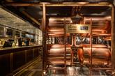 入口处设有的四个闪亮的铜酒桶以欢迎食客(实习编辑:刘嘉炜)
