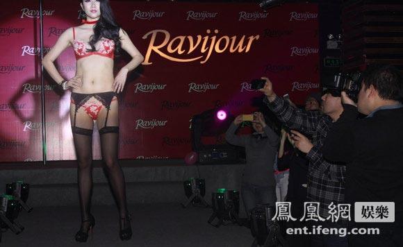 日本情色摄影大师出席内衣活动