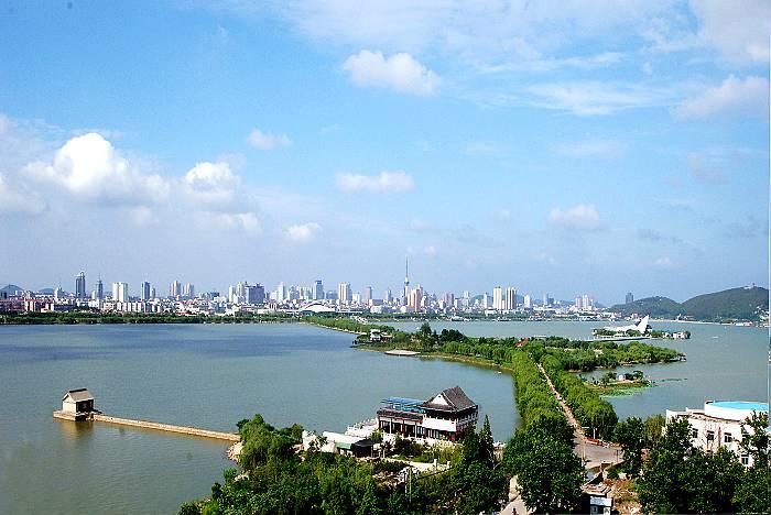 """云龙湖位于徐州城区西南部,是徐州云龙湖风景区主要景点, 原名""""簸箕洼"""",云龙湖东靠云龙山,西依韩山、天齐山。"""
