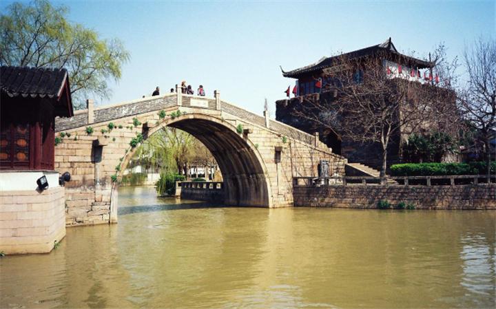 枫桥古镇位于大运河、古驿道和枫江的交汇处,沿河形成两条市街——枫桥大街和寒山寺弄,随河成市,因水成街,具有独特的水乡风韵。 枫桥位于苏州古城区外西北近郊的古运河旁,这里因枫桥与寒山寺,诞生了千古绝唱——《枫桥夜泊》。
