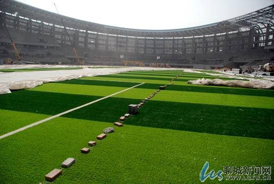 据介绍,体育场钢结构桁架共计96榀,现主,次桁架全部吊装,焊接完成