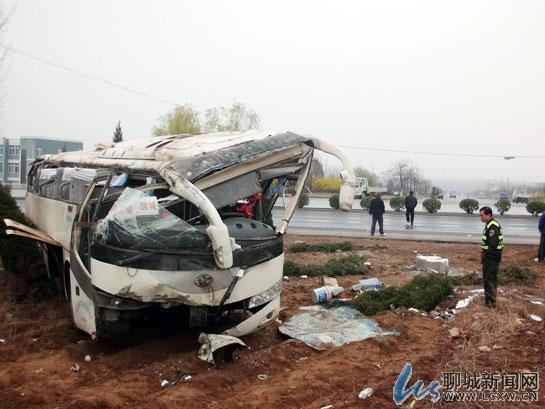 潍坊至聊城客车冲出道路侧翻 11名乘客全部受伤高清图片