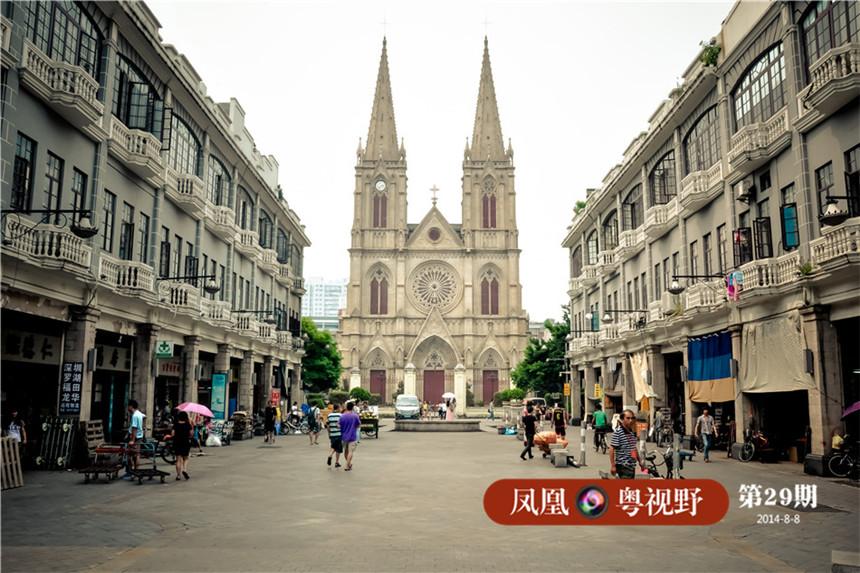 天主教广州教区最宏伟的广州石室圣心大教堂坐落在一德路,门前的广场成为了干货铺装卸货的宝地。